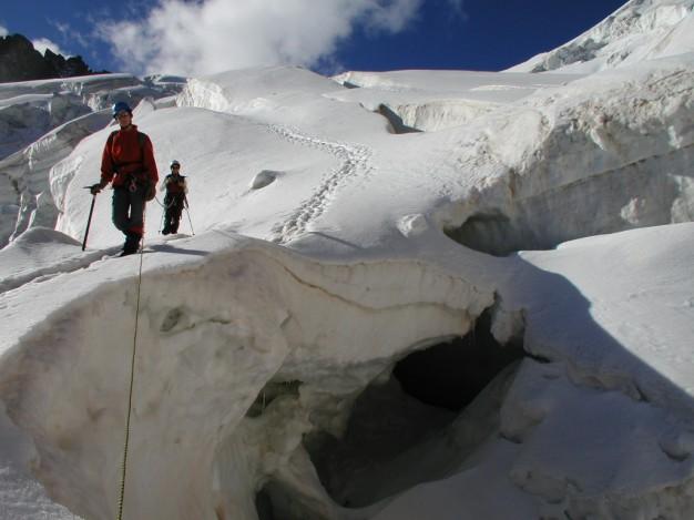 Traversée du Pelvoux : sur le glacier des Violettes. Alpinisme dans le massif des Ecrins, Briançonnais, Hautes Alpes.