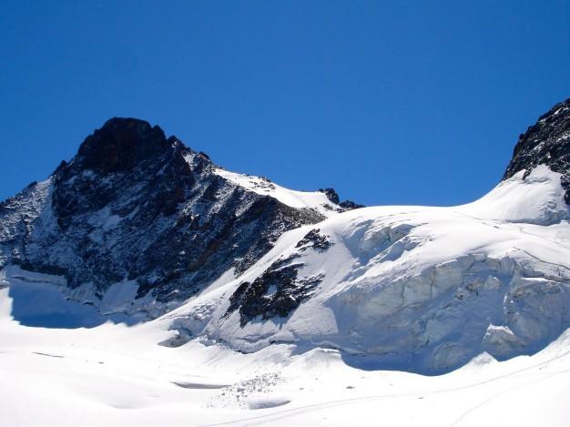 Râteau ouest ( 3769 m) et col de la Girose vus depuis le glacier de la Girose. Massif des Ecrins, Oisans.