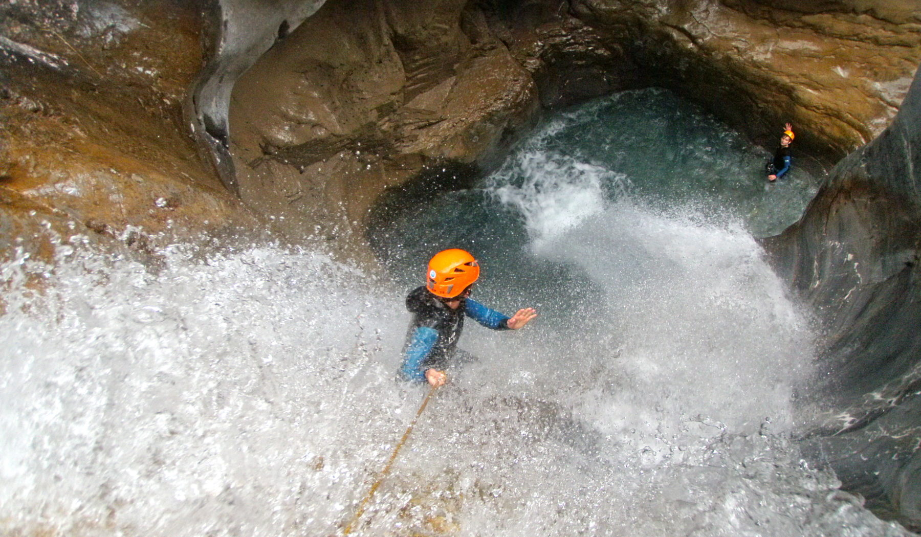 Canyon des Ackes : la grande cascade. Canyoning avec les Guides de Serre Chevalier, Briançonnais, vallée de la Clarée.