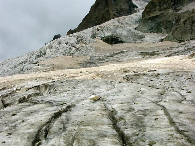 Sur le Glacier Supérieur des Agneaux, En montant à la Grande Ruine. Au fond à droite, le sommet (Pointe Brevoort, 3765 m). Alpinisme dans le massif des Ecrins, Oisans.