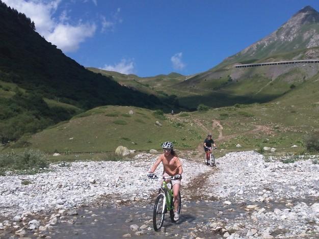La descente du col du Lautaret par la large et confortable vallée glaciaire de la Guisane. Son profil est très abordable pour une initiation à la descente en montagne.