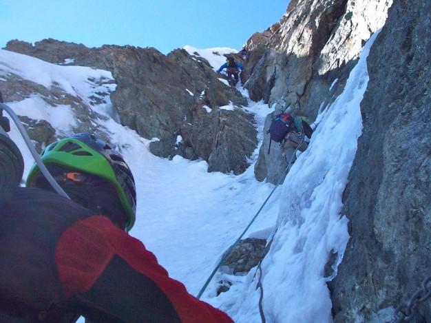 Le passage des câbles sur les arêtes de la Meije. Alpinisme avec les guides de Serre Chevalier. Massif des Ecrins, Oisans.