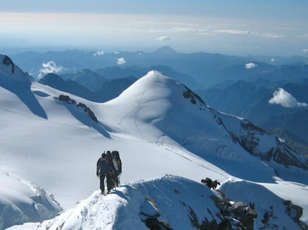 Arrivée au sommet du Lyskam. Derrière,la Pyramide Vincent (4215 m). Massif du Mont Rose. Alpinisme avec les guides de Serre Chevalier.