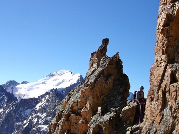 Escalade à la Tour Choisy. Au fond, la Barre des Ecrins. Alpinisme dans le massif des Ecrins avec les guides de Serre Chevalier.