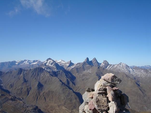 Depuis le sommet du Grand Galibier (3228 m) vers les Aiguilles d'Arve.Randonnée avec les Accompagnateurs de Serre Chevalier.