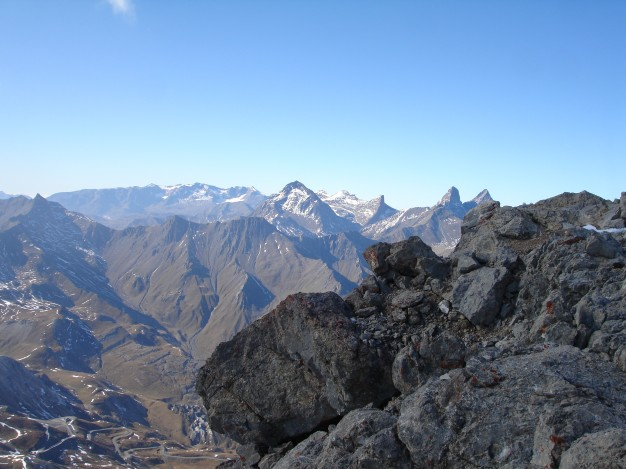 Au sommet du Grand Galibier (3228 m), Briançonnais.Randonnée avec les Accompagnateurs de Serre Chevalier.