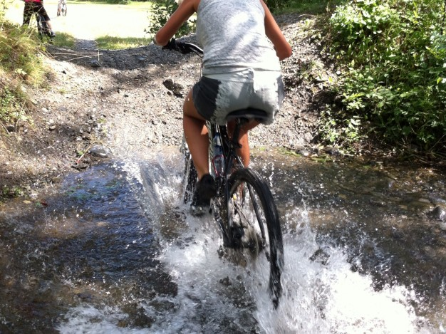 L'apprentissage du VTT aux enfants est ludique dans la vallée de Serre Chevalier. Nous disposons de nombreux terrains d'apprentissages naturels (sentiers mono -trace, descentes faciles, rivières....) ou aménagés (mini bike-park de la Casse du Boeuf, terrain de BMX de Villeneuve La Salle ...)