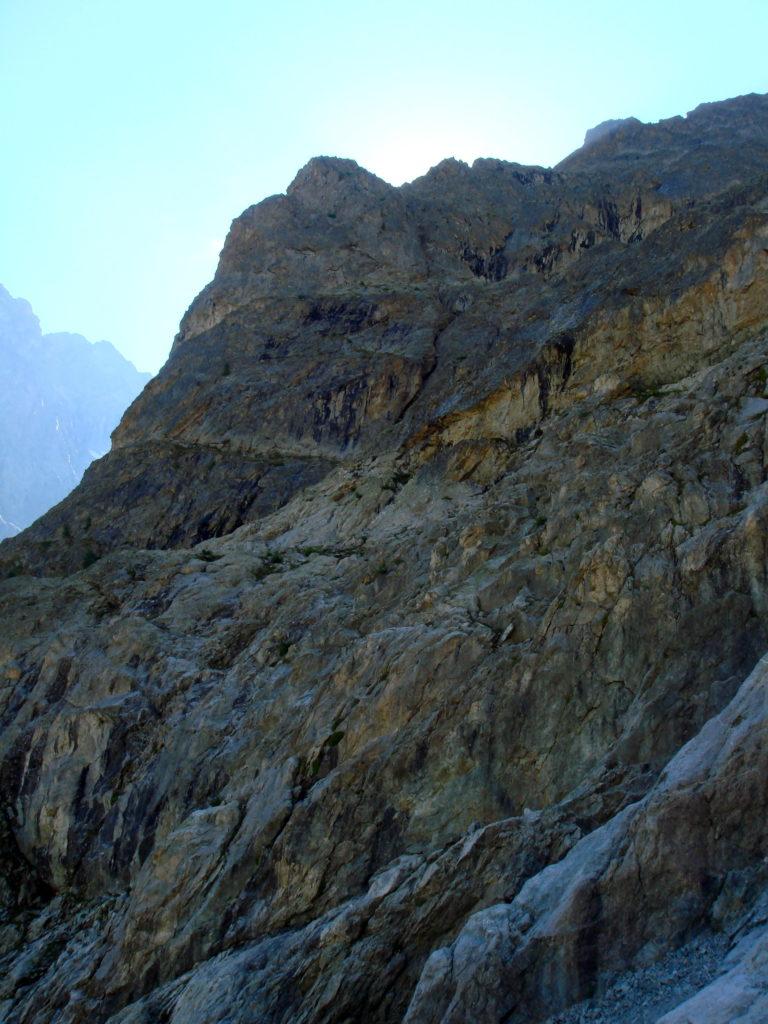 L'éperon rocheux des Enfetchores de gauche que l'on remonte pour accéder au glacier de la Meije et à la Brèche de la Meije. Alpinisme dans le massif des Ecrins avec les guides de Serre Chevalier.