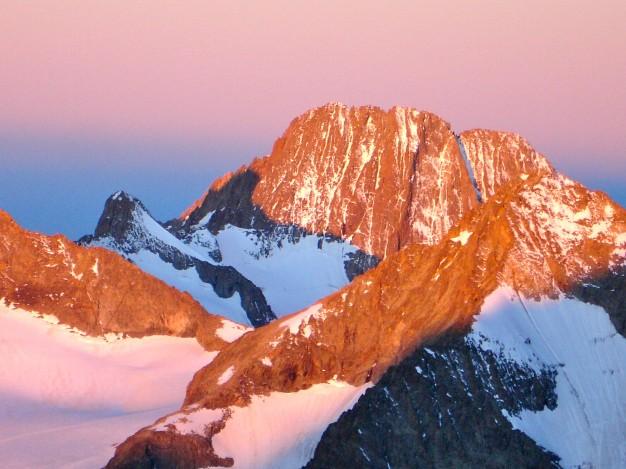 Les Bans (3669 m) dans le massif des Ecrins, vus depuis la montée au Pelvoux. Au premier plan, le Col du Sélé avec la Pointe des Bœufs Rouges à gauche et le Pointe du Sélé à droite. Alpinisme dans le massif des Ecrins avec les guides de Serre Chevalier.