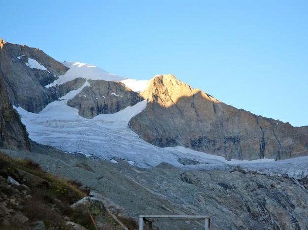 L'arête sud du Râteau Est et le glacier de la Selle, vus depuis le refuge de la Selle.  Alpinisme avec les guides de Serre Chevalier dans le Massif des Ecrins, Oisans.