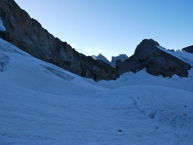 La Brèche du Râteau vue depuis le glacier de la Selle. Alpinisme avec les guides de Serre Chevalier dans le Massif des Ecrins, Oisans.