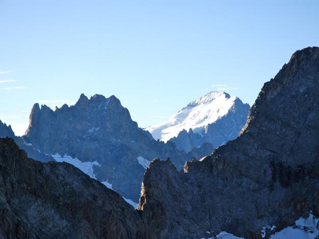 Par delà la Brèche du Râteau, vue sur le Col de la Casse Déserte, Tour Choisy-Pic Bourcet et la Barre des Ecrins. Alpinisme avec les guides de Serre Chevalier dans le Massif des Ecrins, Oisans.