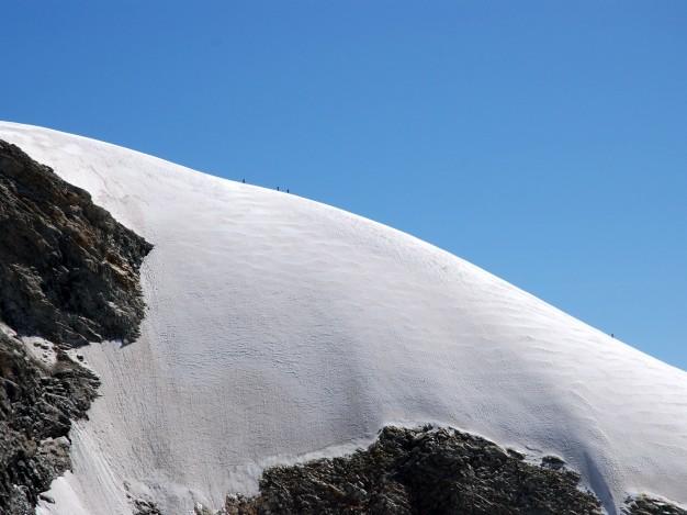 Cordée sur la partie neigeuse de l'arête sud du Râteau Est. Alpinisme avec les guides de Serre Chevalier dans le Massif des Ecrins, Oisans.