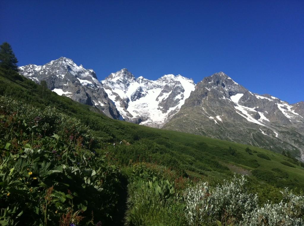 Le sentier des Crevasses versant Lautaret avec en arrière plan La Meije