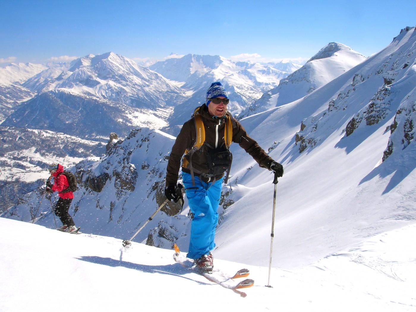 En montant à la Pointe de Chalance Ronde, ski de randonnée en Briançonnais.