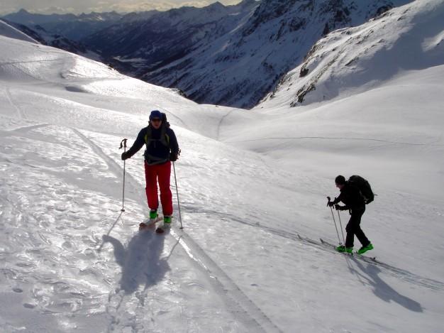 En montant au Col de Fontaine Lombarde. Ski de randonnée dans la vallée de la Guisane, massif du Galibier, avec les guides de Serre Chevalier.
