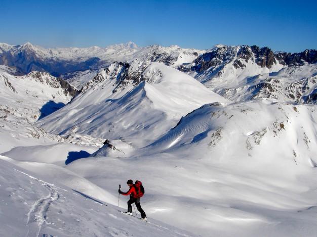 Ski de randonnée au sommet Henri Desgranges avec les guides de Serre Chevalier. Au fond, le Mont Blanc.