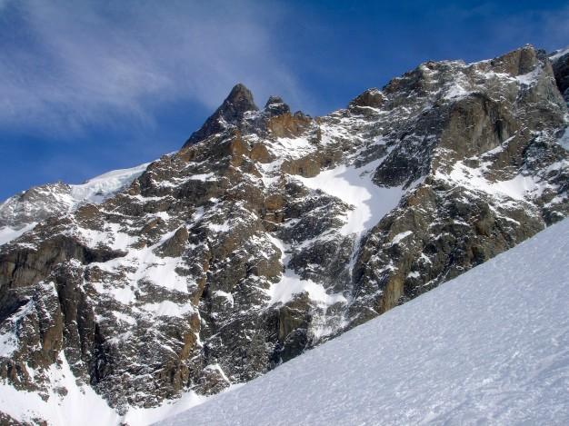 Descente hors piste aux vallons de la Meije. Au fond, le grand Pic de la Meije. Free ride à la Grave, avec les guides de Serre Chevalier.