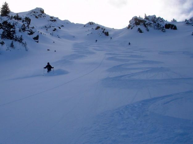 Descente hors piste au Mont de la Plane. Free ride à Montgenèvre avec les guides de Serre Chevalier.