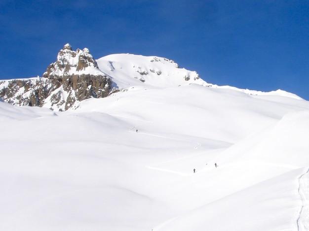Montée en ski de randonnée à la Blanche, au fond le sommet (2953 m). Ski de randonnée avec les guides de Serre Chevalier.
