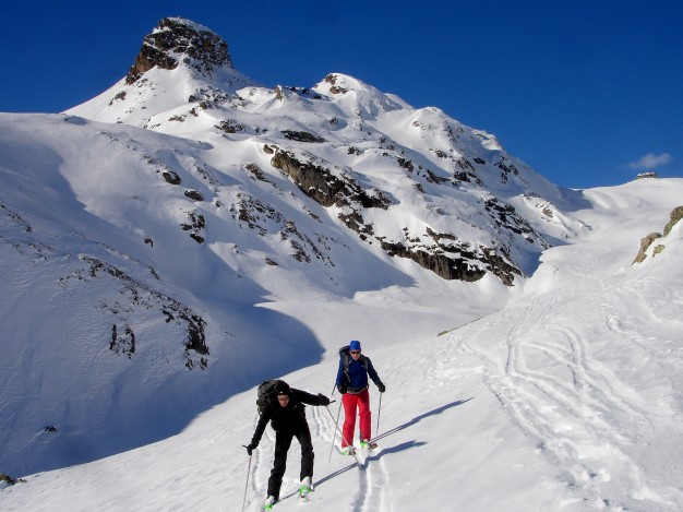 En montant au Col de Fontaine Lombarde. Ski de randonnée avec les guides de Serre Chevalier dans la vallée de la Guisane, massif du Galibier, .