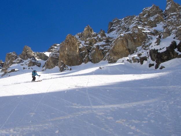 Descente du Col de l'Étroit su Vallon en ski de randonnée avec les Guides de Serre Chevalier.