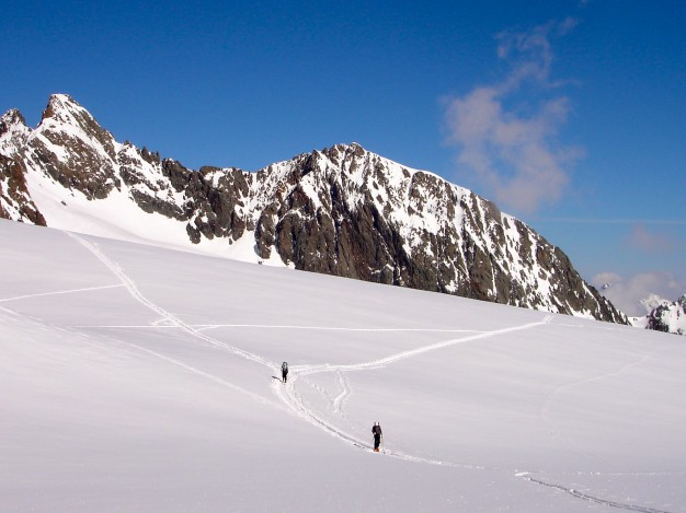Sur le Dôme du Monêtier en ski de randonnée avec les guides de Serre Chevalier, au fond les Agneaux.