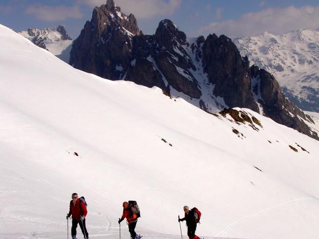 En montant au Pic Ombière en ski de randonnée dans le massif des Cerces, avec les guides de Serre Chevalier.