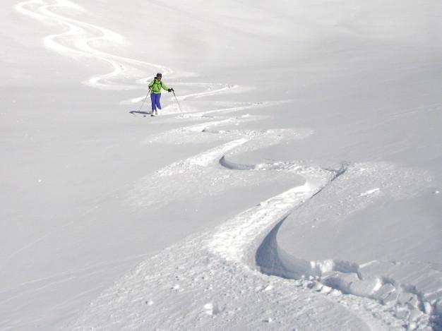 Descente hors piste sur le val Chisonetto. Free ride à Sestriere avec les guides de Serre Chevalier.