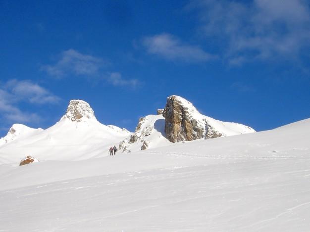 En montant au Col de Fontaine Lombarde. Ski de randonnée dans la vallée de la Guisane,massif du Galibier, avec les guides de Serre Chevalier.