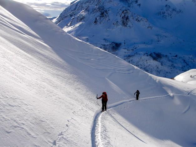 En montant au Col de Fontaine Lombarde, dans le vallon de la Mandette. Ski de randonnée dans la vallée de la Guisane,massif du Galibier, avec les guides de Serre Chevalier.