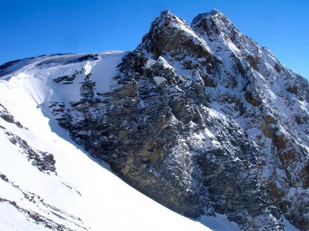 Descente hors piste sur la Selle, depuis le Dôme de la Lauze (3568 m). A droite, le Pic de la Grave. Free ride à la Grave, avec les guides de Serre Chevalier.