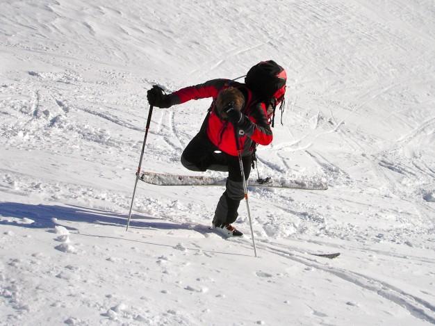 Exercice de conversion amont en montant au Col de Fontaine Lombarde. Ski de randonnée dans la vallée de la Guisane,massif du Galibier, avec les guides de Serre Chevalier.