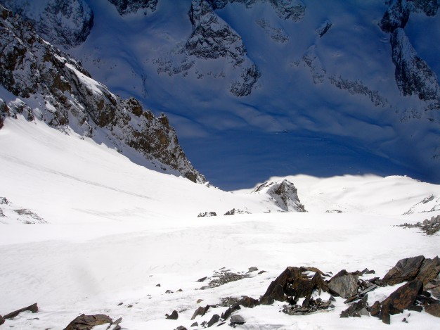 Descente hors piste sur la Selle, depuis le Dôme de la Lauze (3567 m). Free ride à la Grave, avec les guides de Serre Chevalier.