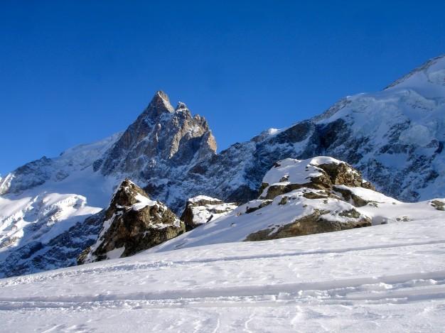 Ski hors piste à la Grave. Au fond, la Meije. Free ride avec les guides de Serre Chevalier.