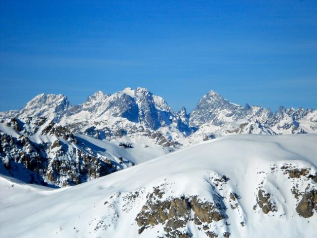 Le sommet de la Lause, avec au fond le massif des Ecrins. Ski de randonnée avec les guides de Serre Chevalier.