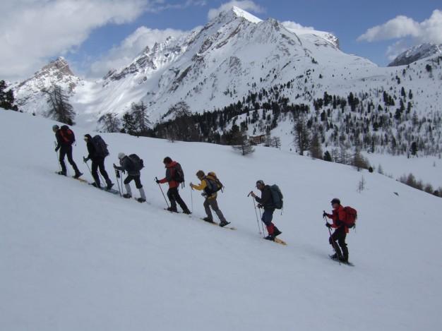 Randonnée en raquette avec les accompagnateurs en montagne du bureau des guides de Serre-Chevalier, dans la  vallée de la Haute Clarée.