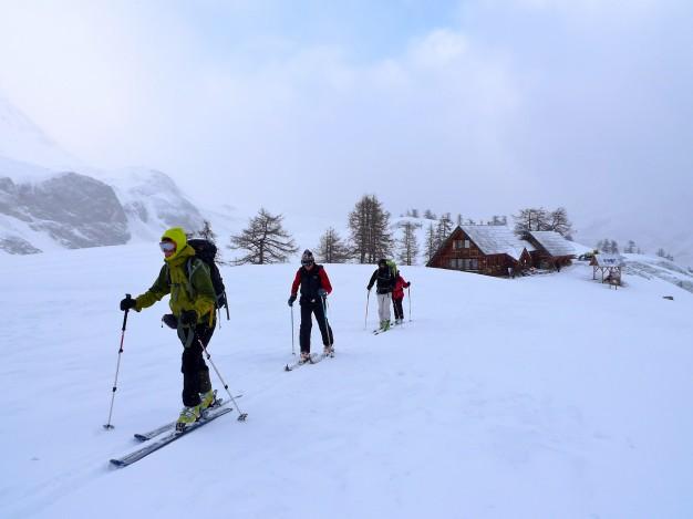 Départ à ski de randonnée depuis le refuge du Chardonnet