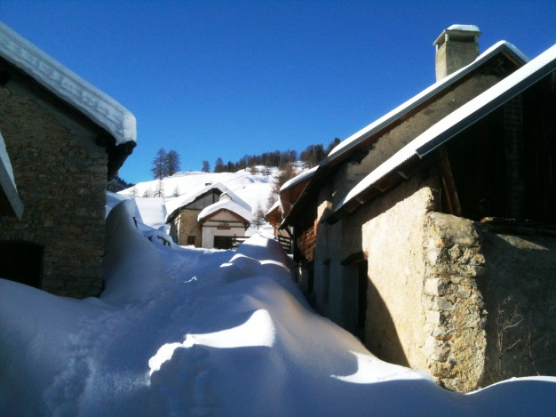 Au départ de Val des Prés, dans la vallée de la Clarée, randonnée en raquette avec les accompagnateurs en montagne du bureau des guides de Serre-Chevalier. Montée aux chalets du Granon.