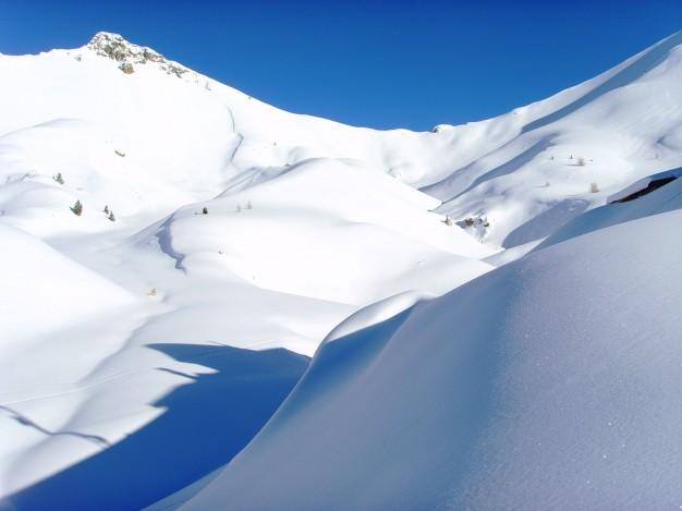Col perdu sous la neige, depuis le col de l'Izoard, lors d'une randonnée Raquette avec les accompagnateurs du bureau des guides de Serre-Chevalier