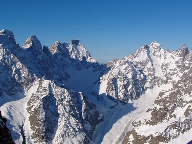 De gauche à droite : Pelvoux, Pic Sans Nom, Ailefroide, Pic Coolidge, fifre et Barre des Ecrins.Sur le Dôme du Monêtier en ski de randonnée avec les guides de Serre Chevalier.