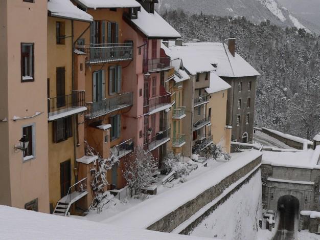 Briançon perché à plus de 1300 mètres d'altitude , au cœur de plusieurs vallées, offre de magnifiques randonnées raquettes sans oublier au départ de la citadelle Vauban, cite classé Unesco. Après avoir pris le temps de visiter la vieille ville avec ses façades colorées et ses petites ruelles appelées