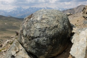 Forme de roche curieuse sur l'Arête Ouest du Chenaillet. A l'horizon les principaux sommets du Massif des Ecrins recouverts d'un plafond nuageux.