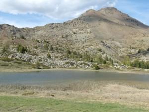 Le lac des Sarailles à 2230 m au pied du versant Sud du Mont Chenaillet