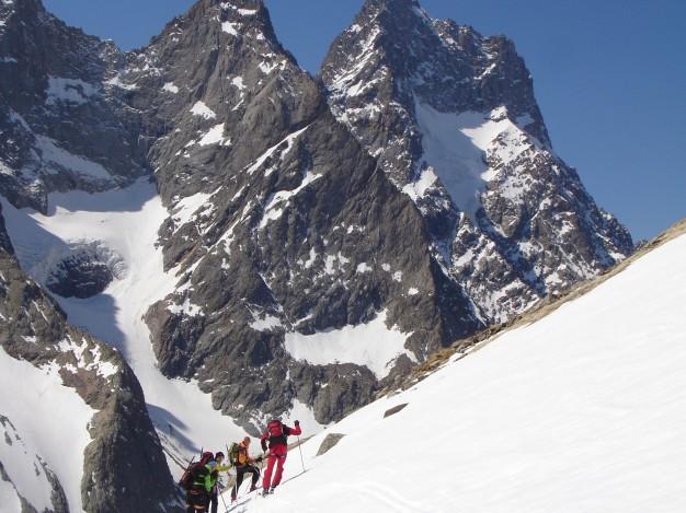Première étape du Tour de la Meije à ski de randonnée, la descente sur le refuge de la Selle. Oisans, massif des Ecrins.