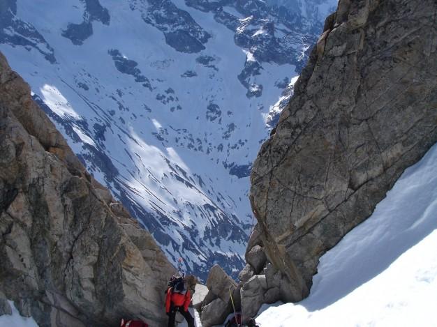 Sur le Tour de la Meije en ski de randonnée : la traversée du col du Replat.