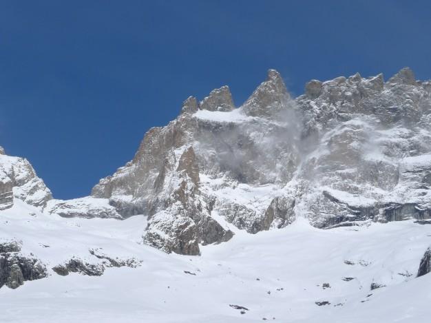 En remontant le vallon des Etançons, sous la face sud de la Meije très enneigée