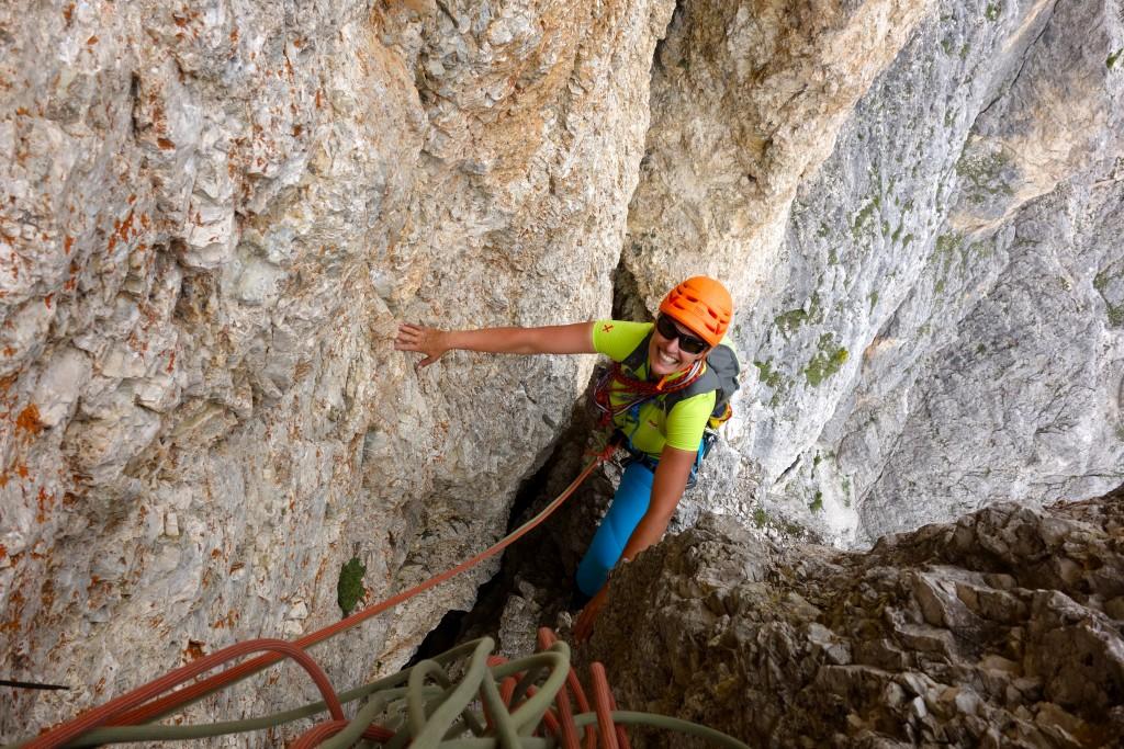 Le long de l'écaille de l'avant dernière longueur, dans la voie Dibona à la Torre Grande di Falzarego. Dolomiti Ampezzane.
