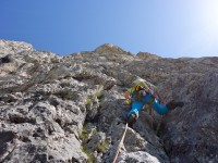 Dans la première longueur de la voie Dallago, paroi SO de la Gusèla, Dolomiti empezzane.