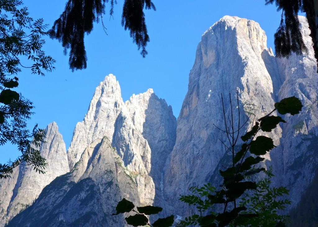 De gauche à droite : Spiz de la Lastia, Spiz d'Agner N, Spiz d'Agner S, Monte Agner(2872 m) et la Torre Armena. Vus depuis la vallée de San Lucano, Dolomites agordines.